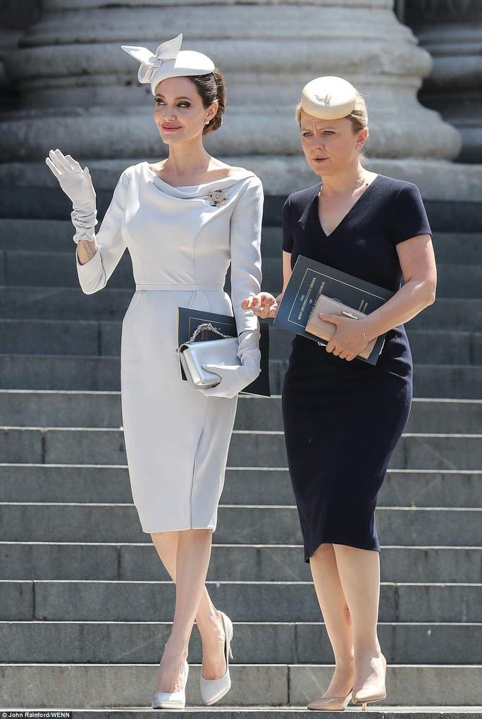 Angelina Jolie đẹp cuốn hút trong sự kiện hoàng gia - Ảnh 2.