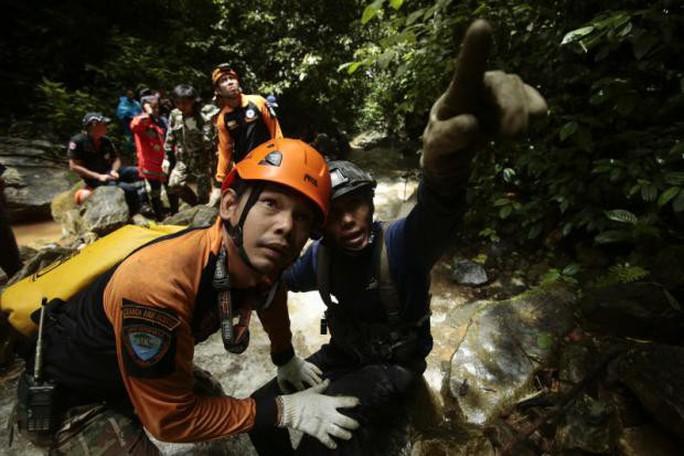 Thái Lan: Thả nhu yếu phẩm vào hang động, mong cứu sống đội bóng mất tích - Ảnh 1.