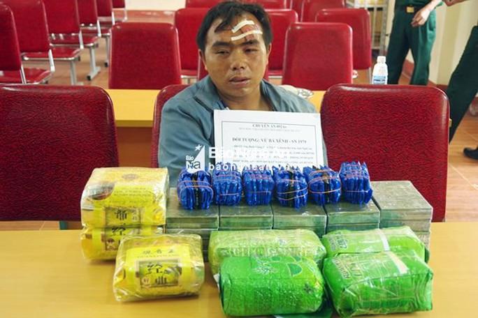 Vây bắt thầy giáo buôn 20 bánh heroin, 2 sĩ quan biên phòng bị bắn trọng thương - Ảnh 1.