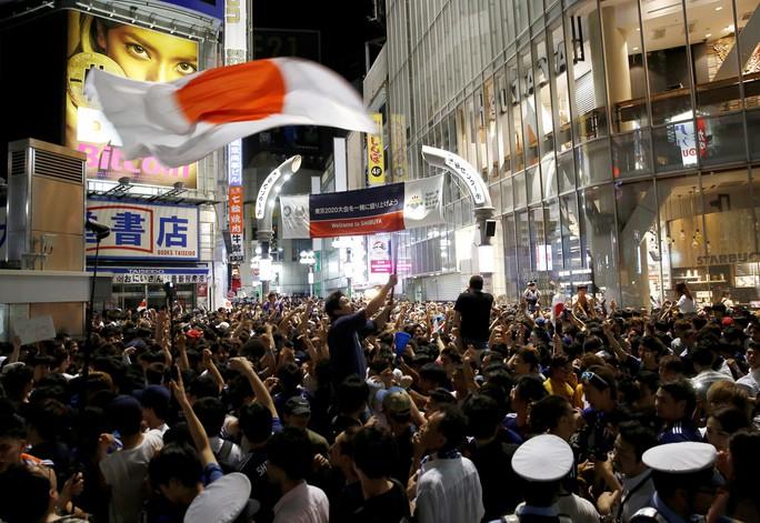 Nhật vào vòng 1/8 nhờ chơi... sạch, CĐV xuống đường ăn mừng - Ảnh 3.