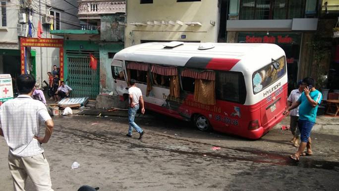 Xe khách Cát Bà mất phanh ở dốc tử thần, 10 hành khách bị thương - Ảnh 1.