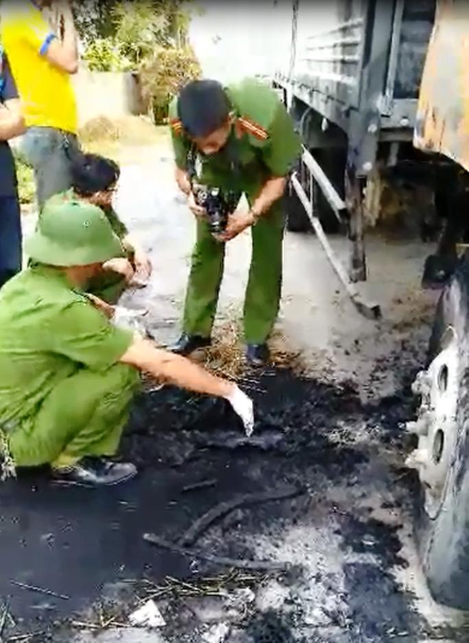 Điều tra chiếc xe tải cháy bất thường trong đêm - Ảnh 1.