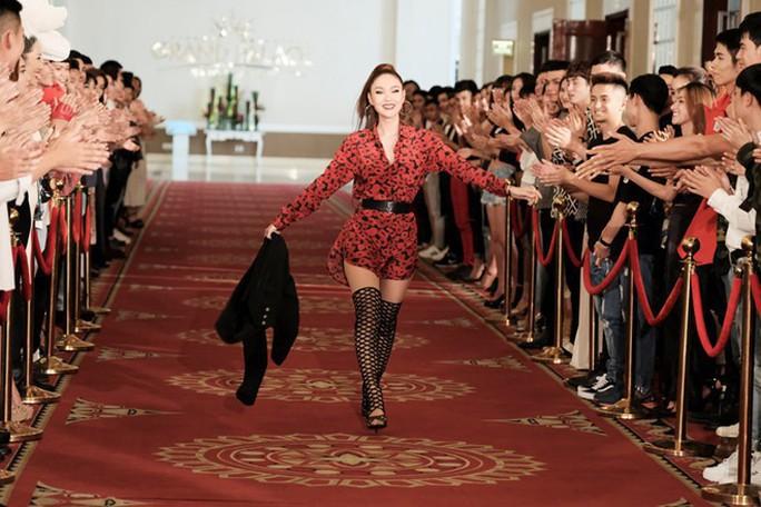 Bạn bè trong showbiz Việt: Thân càng lâu, lật mặt càng sâu - Ảnh 1.