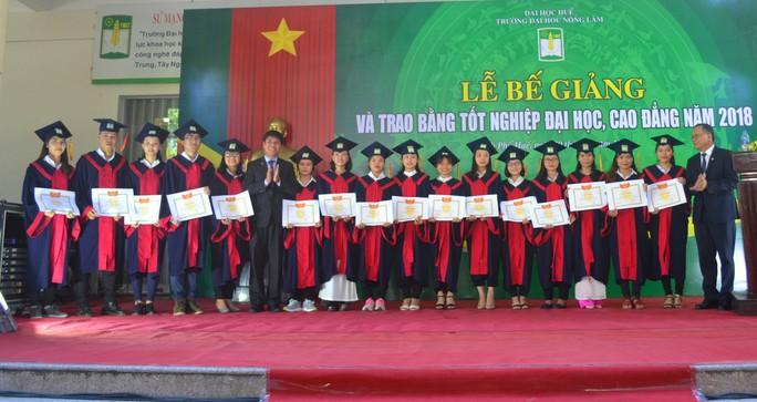 Gần 1.000 sinh viên Trường ĐH Nông lâm Huế được công nhận tốt nghiệp - Ảnh 2.