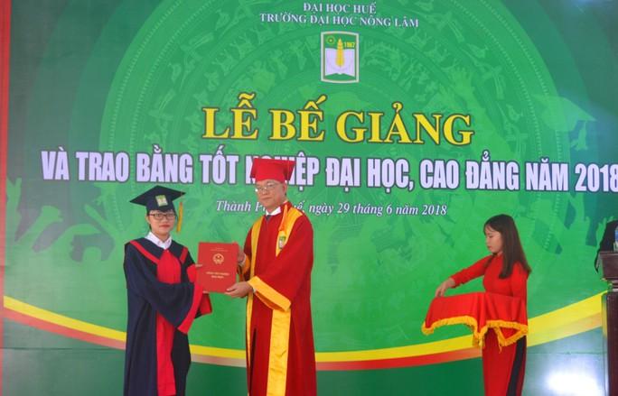 Gần 1.000 sinh viên Trường ĐH Nông lâm Huế được công nhận tốt nghiệp - Ảnh 1.