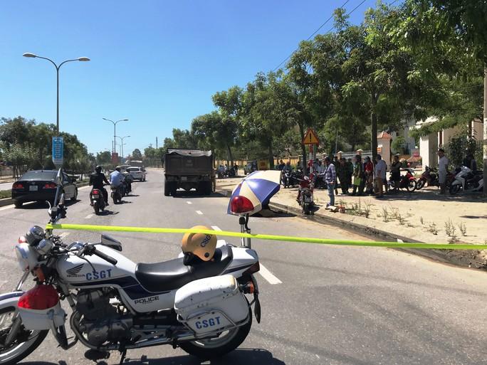 Xe máy bị cuốn vào gầm xe ben, 3 người thân thương vong - Ảnh 1.