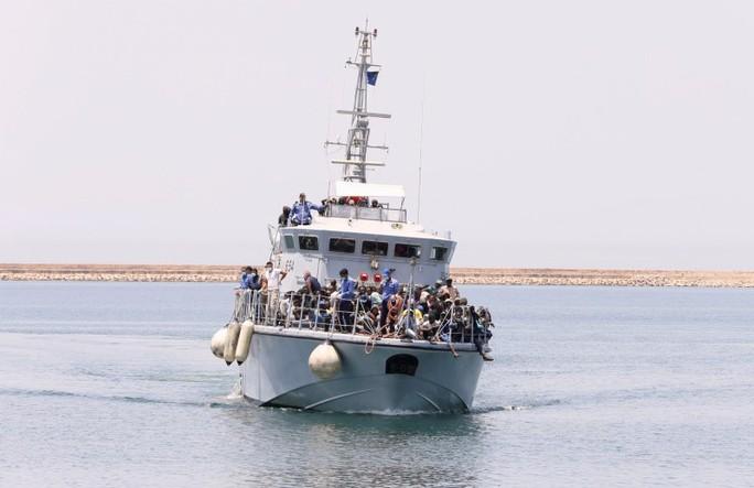Lật thuyền người di cư ngoài khơi Libya, hơn 100 người mất tích - Ảnh 1.