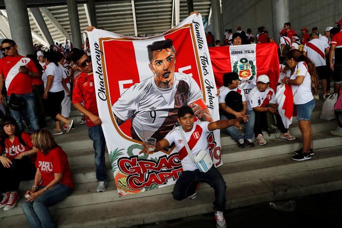 Lách án phạt vì chén nước trà, thủ quân tuyển Peru dội bom trước Ả Rập Saudi - Ảnh 4.