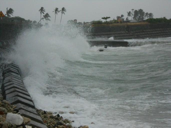 Hàng ngàn du khách mắc kẹt tại đảo Lý Sơn - Ảnh 1.