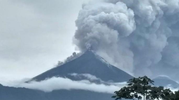 Núi lửa phun trào, nhiều thi thể trôi trên dòng dung nham sôi sục - Ảnh 1.