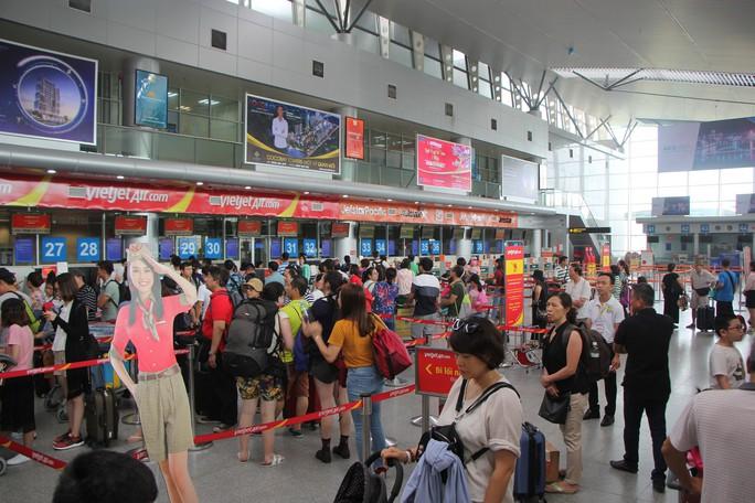 Nữ nhân viên sân bay bị hành khách ném điện thoại vào mặt - Ảnh 1.