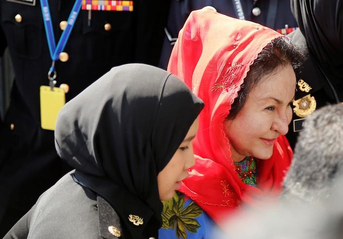 Vợ ông Najib đi đoàn xe hơi 4 chiếc ra trình diện - Ảnh 1.