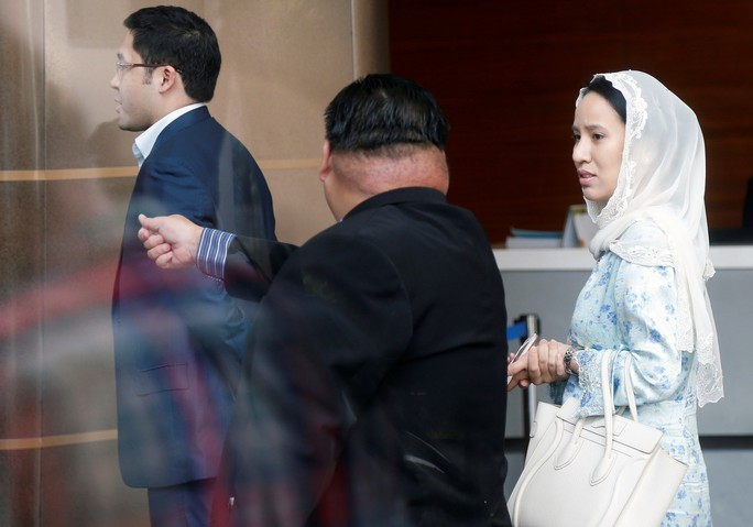 Vợ ông Najib đi đoàn xe hơi 4 chiếc ra trình diện - Ảnh 2.