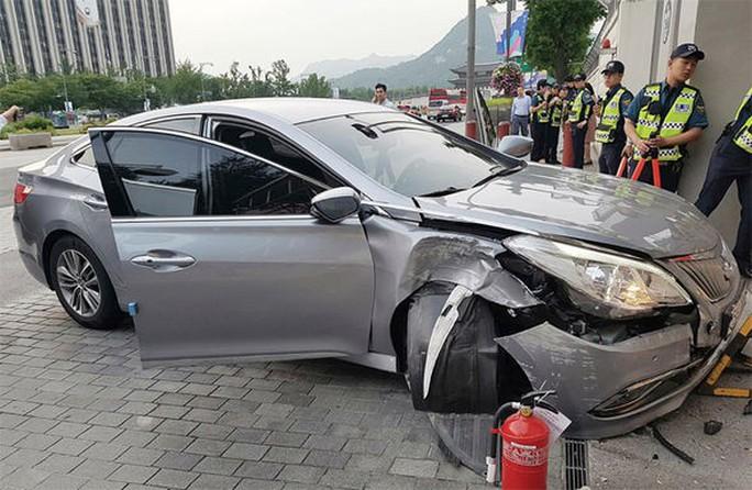 """""""Công dân Triều Tiên đào tẩu"""" lao xe vào cổng Đại sứ quán Mỹ - Ảnh 1."""