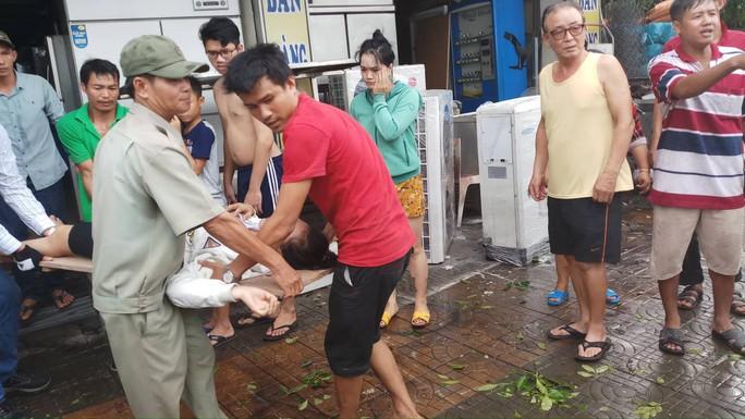 Lốc xoáy nhiều nơi ở Sài Gòn, cây xanh ngã rạp, 3 người trọng thương - Ảnh 14.