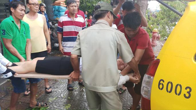 Lốc xoáy nhiều nơi ở Sài Gòn, cây xanh ngã rạp, 3 người trọng thương - Ảnh 15.