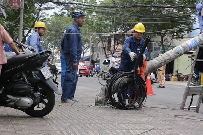 Lốc xoáy nhiều nơi ở Sài Gòn, cây xanh ngã rạp, 3 người trọng thương - Ảnh 10.