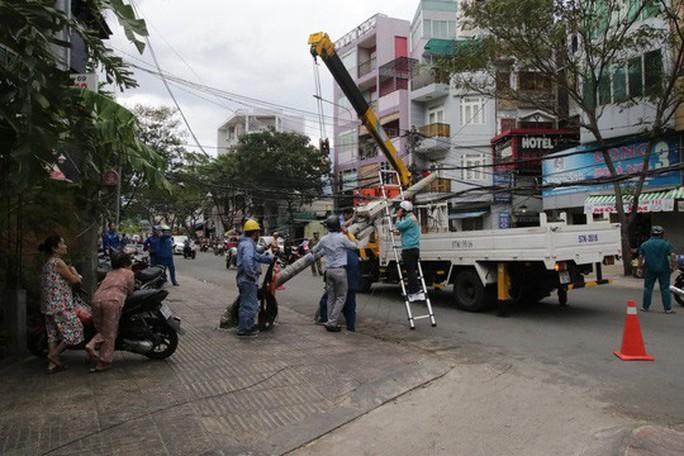 Lốc xoáy nhiều nơi ở Sài Gòn, cây xanh ngã rạp, 3 người trọng thương - Ảnh 11.