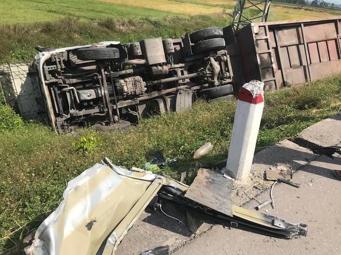 Xe khách chở người có công tông nhau với xe tải, 10 người bị thương - Ảnh 1.