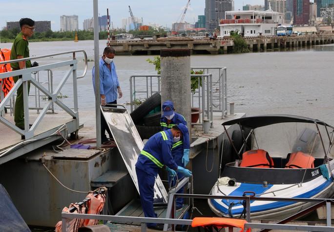 Nhiều người dùng dây cố định một thi thể trên sông Sài Gòn - Ảnh 1.