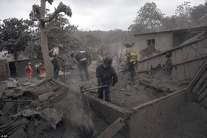 Khốc liệt hình ảnh trước và sau thảm họa núi lửa ở Guatemala - Ảnh 10.