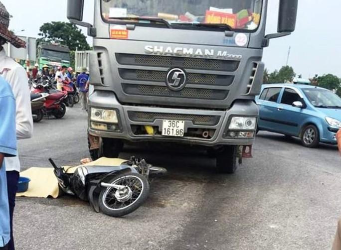 Xe tải bất ngờ chuyển hướng, cán chết người phụ nữ đi xe máy - Ảnh 1.