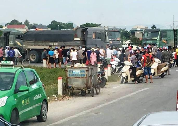 Xe tải bất ngờ chuyển hướng, cán chết người phụ nữ đi xe máy - Ảnh 2.