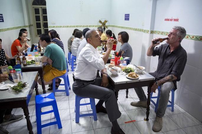 Cựu Tổng thống Obama tưởng nhớ đầu bếp ăn bún chả ở Hà Nội - Ảnh 1.