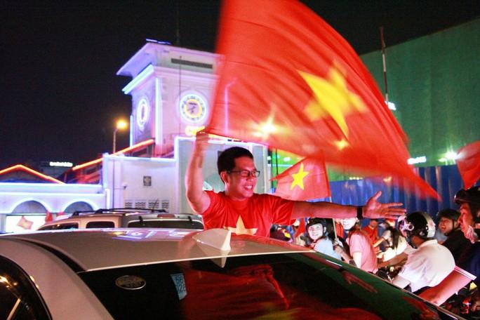 Cả Sài Gòn rực đỏ mừng U23 Việt Nam và HLV Park Hang Seo - Ảnh 12.