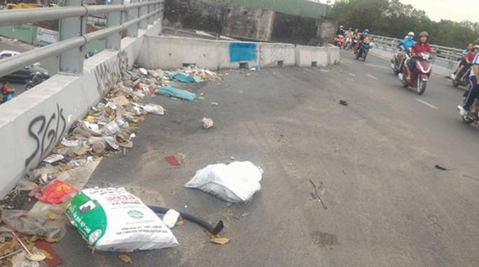 Quá nhiều rác trên cầu vượt ở Gò Vấp - Ảnh 1.