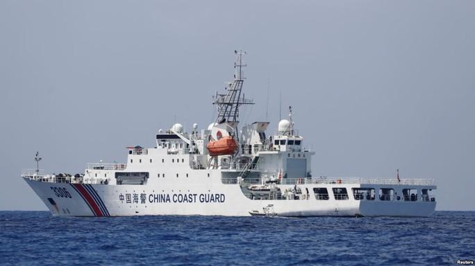 Trung Quốc quân sự hóa cảnh sát biển, tàu tuần duyên gắn thêm pháo - Ảnh 1.