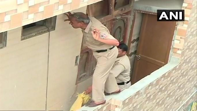 Ấn Độ: Phát hiện 11 thi thể tư thế lạ thường trong căn nhà bí ẩn - Ảnh 1.