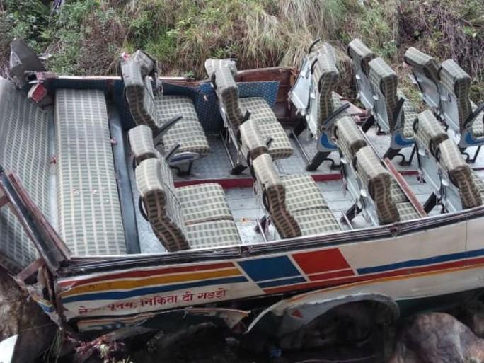 Xe buýt lao xuống vực tung cả nóc, ít nhất 44 người thiệt mạng - Ảnh 1.