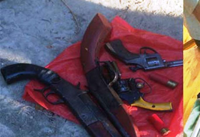 20 côn đồ đi 6 ô tô tới hỗn chiến, thấy công an ném 4 khẩu súng tháo chạy - Ảnh 1.