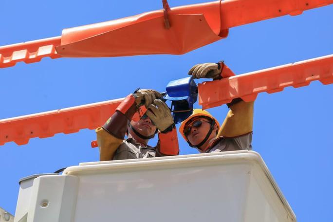 100% công ty điện lực thuộc EVNCPC sửa chữa điện hotline - Ảnh 1.