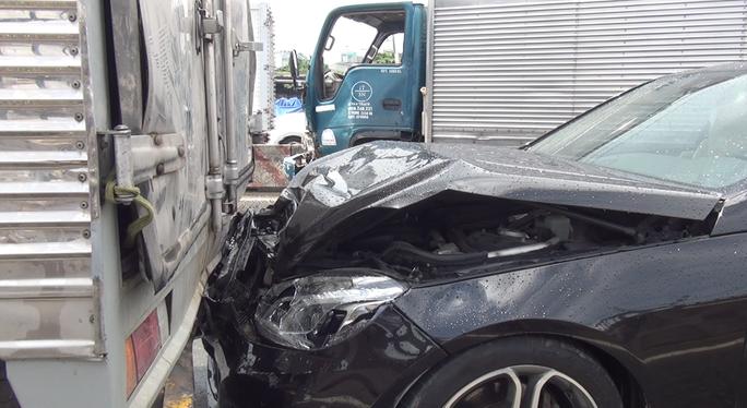 TP HCM: Xe tải lao vào dòng xe dừng đèn đỏ trên Quốc lộ 1 - Ảnh 2.