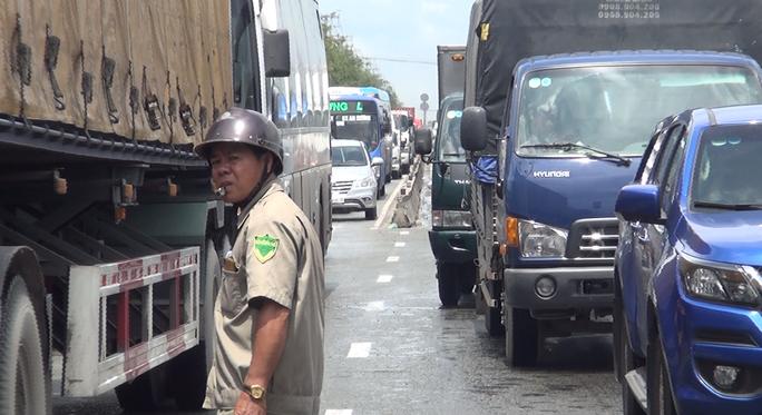 TP HCM: Xe tải lao vào dòng xe dừng đèn đỏ trên Quốc lộ 1 - Ảnh 3.