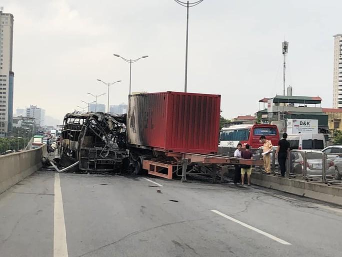 Xe khách cháy trơ khung do đâm đuôi xe container, 2 người thương vong - Ảnh 1.