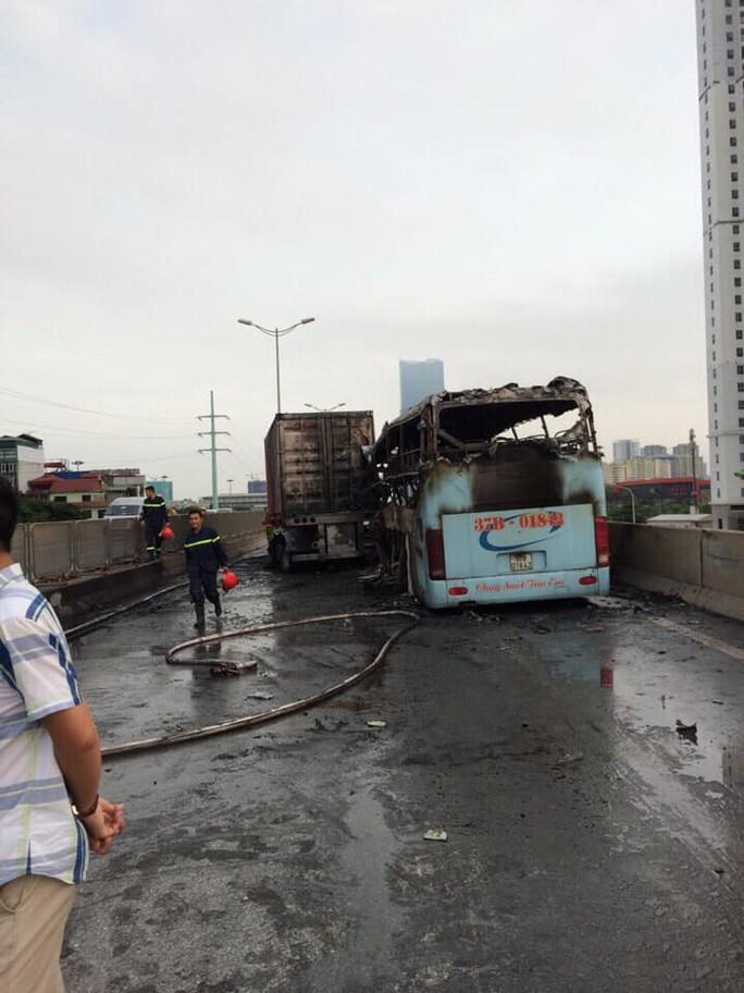 Xe khách cháy trơ khung do đâm đuôi xe container, 2 người thương vong - Ảnh 2.