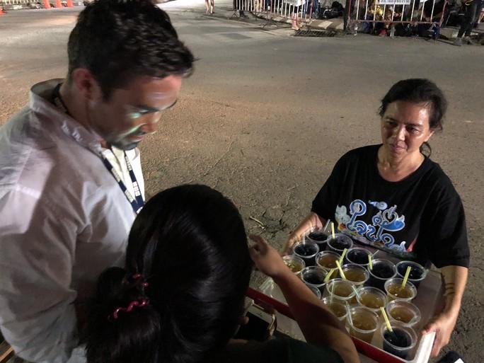 Báo Người Lao Động từ Chiang Rai: Người Thái ăn mừng thâu đêm suốt sáng - Ảnh 15.