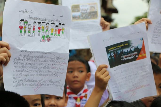Báo Người Lao Động từ Chiang Rai: Người Thái ăn mừng thâu đêm suốt sáng - Ảnh 7.
