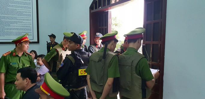 Người dân đội mưa theo dõi phiên tòa vụ xả súng kinh hoàng - Ảnh 2.