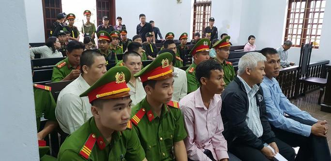 Người dân đội mưa theo dõi phiên tòa vụ xả súng kinh hoàng - Ảnh 1.