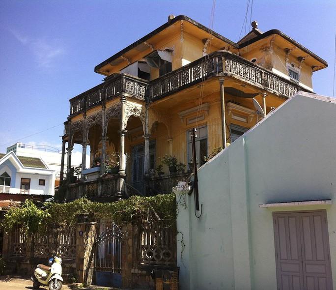 Đại gia mù lấy 3 vợ, xây biệt thự to nhất phố biển Phan Thiết - Ảnh 1.