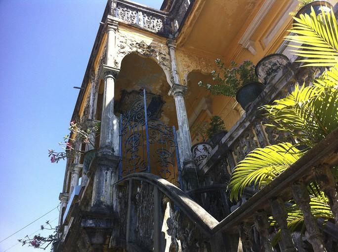 Đại gia mù lấy 3 vợ, xây biệt thự to nhất phố biển Phan Thiết - Ảnh 2.