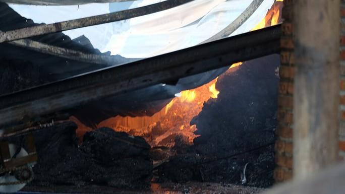 Cháy lớn tại Đồng Nai, khóc với 2 nhà xưởng rộng lớn đổ nát - Ảnh 2.