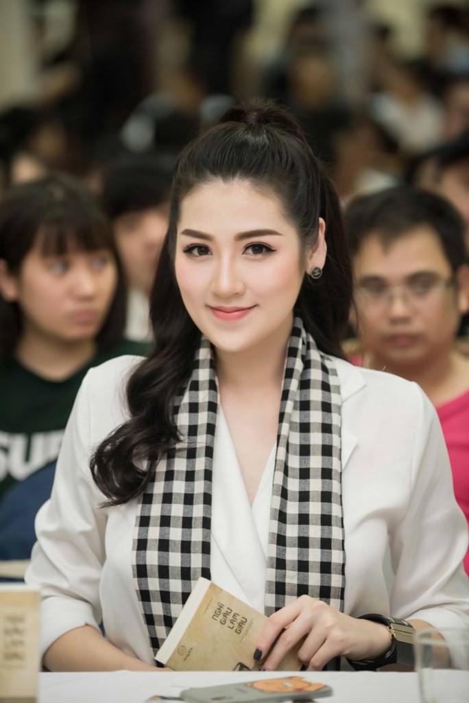 Á hậu Tú Anh hào hứng tặng sách cho sinh viên Hà Nội - Ảnh 1.