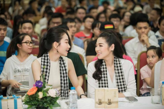 Á hậu Tú Anh hào hứng tặng sách cho sinh viên Hà Nội - Ảnh 2.