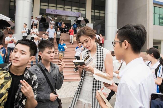 Á hậu Tú Anh hào hứng tặng sách cho sinh viên Hà Nội - Ảnh 3.