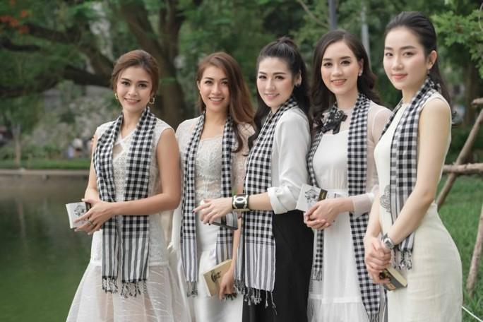 Á hậu Tú Anh hào hứng tặng sách cho sinh viên Hà Nội - Ảnh 4.